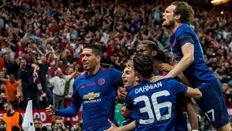 Manchester United-speler Mkhitaryan viert zijn goal voor de 0-2 met Blind, Darmian, Pogba en Smalling Beeld anp