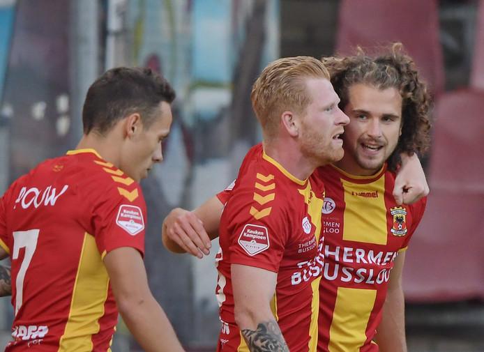 De makers van de 1-0 en 2-0 voor Go Ahead Eagles slaan de armen om elkaar heen: Maël Corboz (r) en Richard van der Venne. Jaroslav Navrátil (l) was de aangever bij beide treffers.