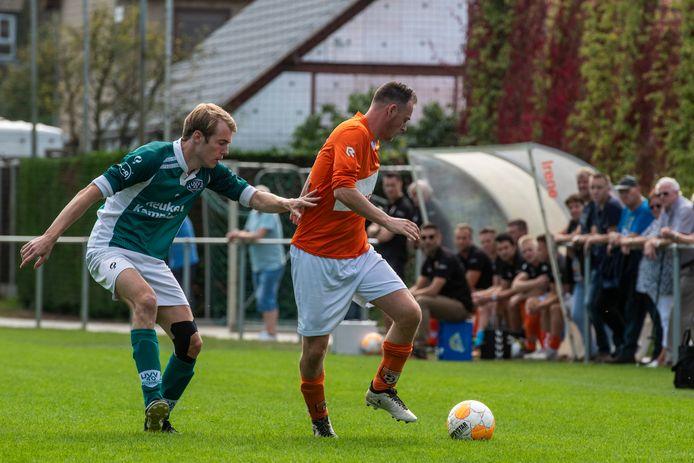 Erwin Timmermans (rechts) houdt Ralph de Brouwer van UVV'40 van de bal af.