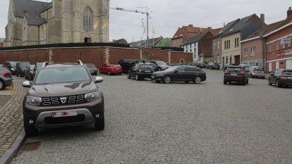 Politie waarschuwt 'foutparkeerders' op dorpsplein Sint-Martens-Lennik
