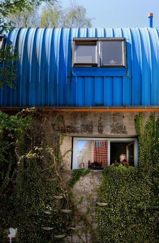 Bunker F38 van architect Rainer Mielke. In het raam de architect zelf. Beeld Foto Franz Bischof