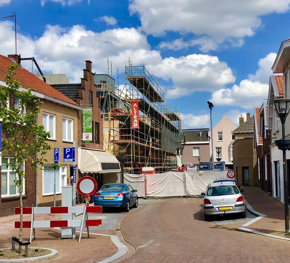 Het appartementencomplex aan de Frans van Waesberghestraat is niet op tijd af, dus de weg moet nog langer dicht.