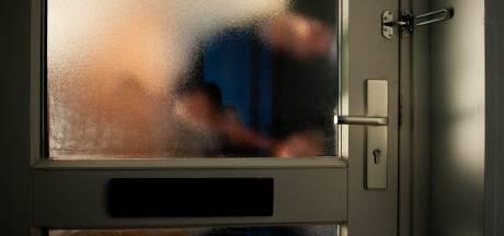 Kordate bewoonster overmeestert inbreker en sluit hem op in het toilet