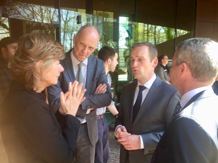Anja van der Starre met de burgemeesters van Sliedrecht, Hardinxveld-Giessendam en Altena tijdens de herdenking in Kamp Amersfoort.