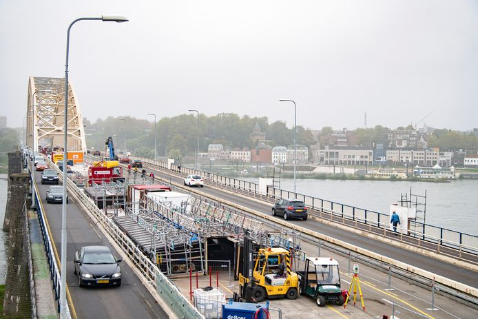 Archieffoto van het grote onderhoud aan de Nijmeegse Waalbrug.