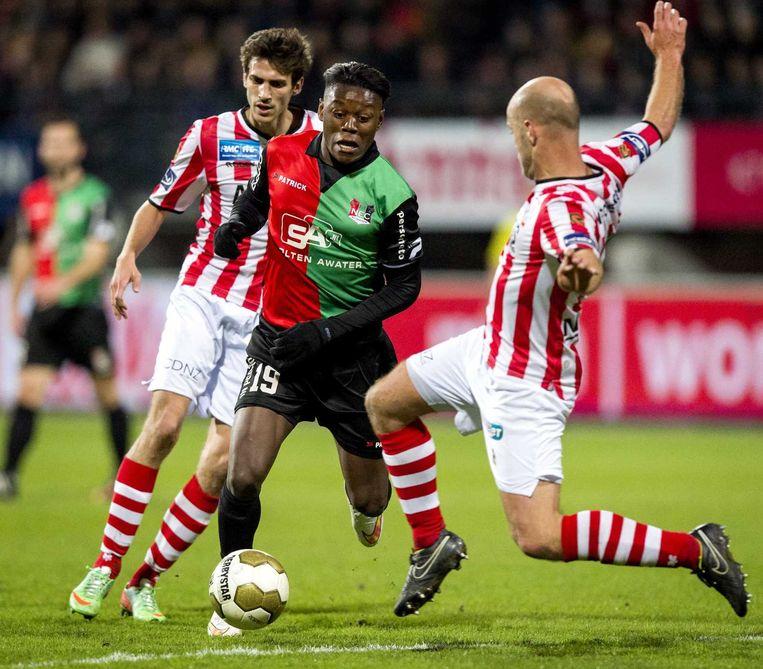 Anthony Limbombe (M) van NEC in duel met Steef Nieuwendaal (R) van Sparta tijdens de wedstrijd NEC - Sparta in de Jupiler League. Beeld anp