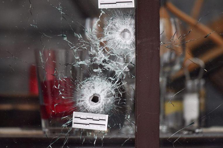 Kogelgaten in het raam van café La Bonne Biere. Beeld epa