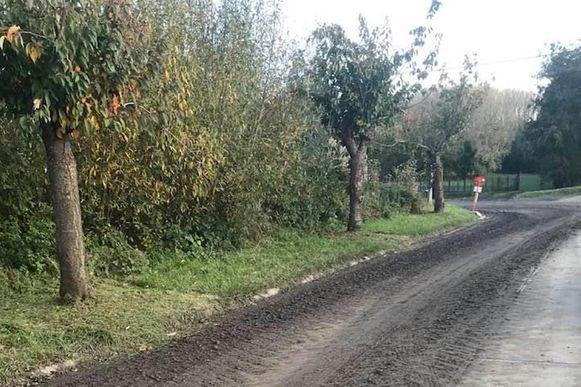 De hoeveelheid achtergelaten modder in de landelijke Kappelkouter in Sint-Lievens-Houtem is indrukwekkend.