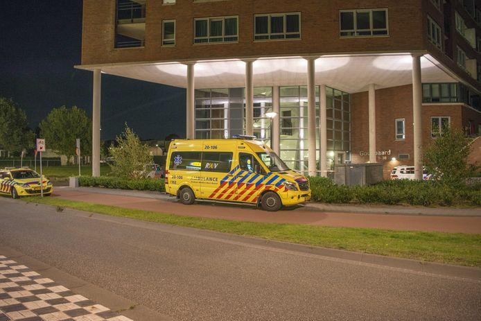 Hulpverleners bij een appartement aan de Goudbaard in Bergen op Zoom, waar een vrouw is overleden na een geweldsincident. Er is een verdachte aangehouden.