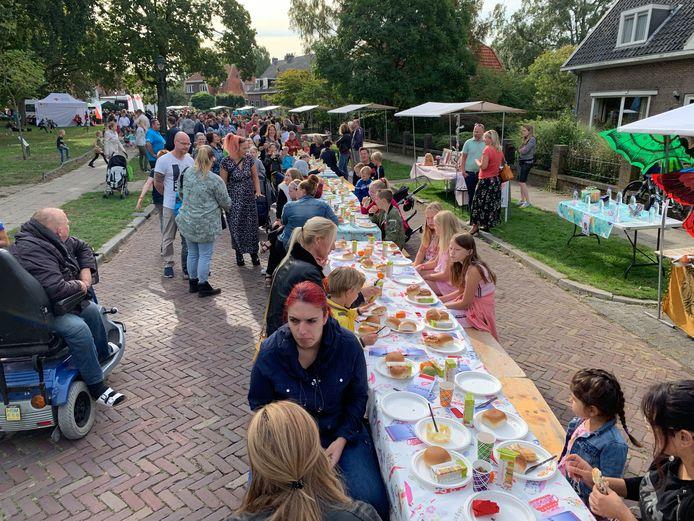 Het ontbijt aan de lange tafels in de Vijverlaan in Hengelo.
