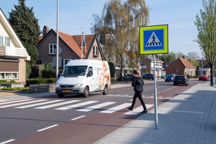 Het zebrapad over de Julianastraat bij het Vrijthof wordt sinds januari beter aangeduid door fluorescerende gele randen om het verkeersbord en extra verlichting.
