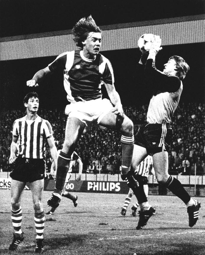 1980: PSV-Feyenoord 0-1. Feyenoord-aanvaller Carlo de Leeuw is net te laat bij een luchtduel met doelman Pim Doesburg van PSV. Ernie Brandts.
