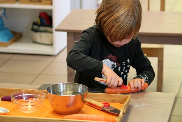 L'enfant apprend en expérimentant, de manière individuelle ou en coopération.