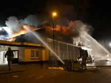 Enorme brand verwoest meerdere winkelpanden in centrum Brummen