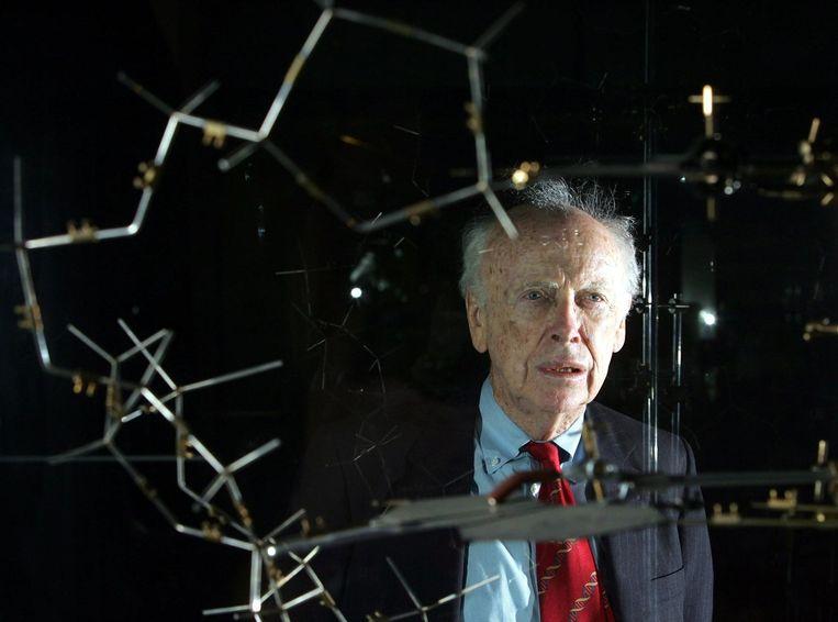 Wetenschapper James Watson met een model van een DNA-structuur