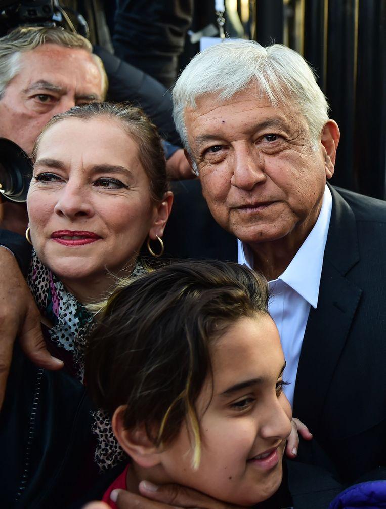 Presidentskandidaat Andres Manuel Lopez Obrador poseert met zijn vrouw en dochter op de dag van de verkiezingen.
