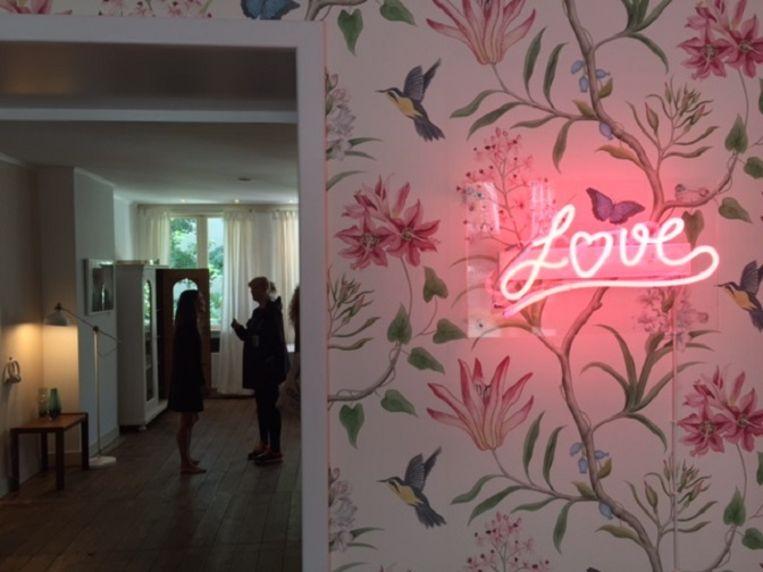 De woonkamer van Sophie Erbrard dient als galerie. Beeld null
