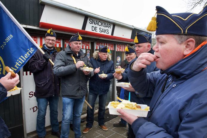 Oud-Gele Rijders genieten van een frietje bij 'De Saks'.