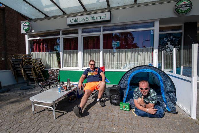 """Marcel Poll samen met zijn maatje Pierre Lemmerman voor hun stamkroeg, buurtcafé De Schimmel in Apeldoorn. Om zeker te zijn van een terrasplek, sloegen ze hun tentje voor het café op."""""""