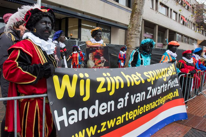 De demonstratie van voorstanders - waaronder Pegida - van Zwarte Piet zondag op het Stadhuisplein in Eindhoven.