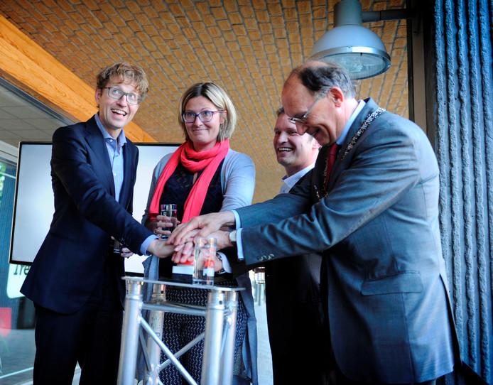 Het officiele startsein van Newsroom Enschede. Van linksaf: staatssecretaris Sander Dekker, hoofdredacteur Martha Riemsma van De Twentsche Courant Tubantia, stationsmanager Flip van Willigen van TV Enschede FM en burgemeester Fred de Graaf.