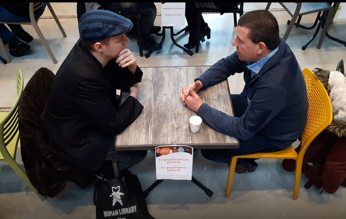Pim Hoogeveen (links) in gesprek met zijn levend boek Pim de Jong, tijdens Human Library in de LocHal in Tilburg.