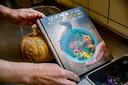 Geheimen uit een boeddhistische keuken kost 21,95 euro en is te koop bij  boekhandels in Apeldoorn en omgeving. Ook te bestellen bij bol.com.