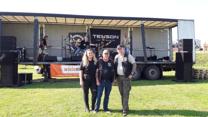 Organisator Rudi Hamers van de Zeelantour van Free Birds samen met zijn dochter Melissa en clubvoorzitter John de Korte.