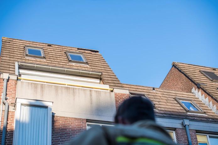 In de Korte Kerkstraat in Geldrop kwamen dakpannen naar beneden.