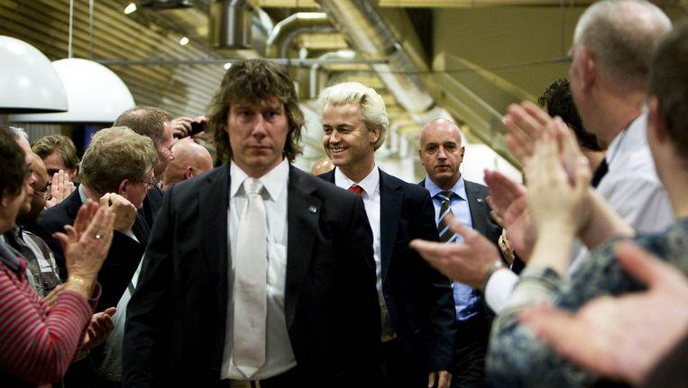 Februari 2010: Geert Wilders maakt zijn entree bij een fractiebijeenkomst in Almere waar zijn partij winst geboekt heeft. © ANP Beeld