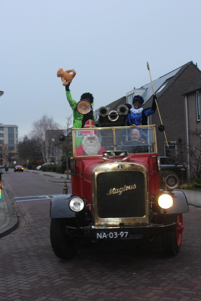 De Sint kwam naar basisschool de Carrousel in Gouda met behulp van deze oldtimer.