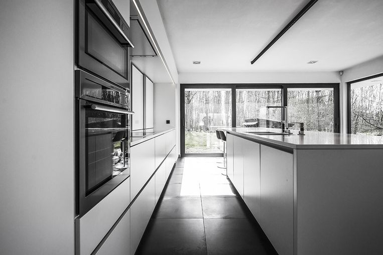 Ook de keuken geniet van veel natuurlijk licht.