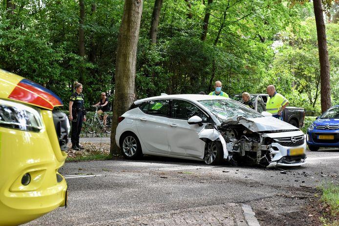 Vrouw gewond bij botsing tegen boom