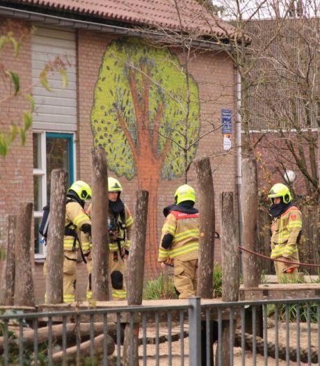 Brand in basisschool De Bron in Barneveld, alle kinderen naar buiten