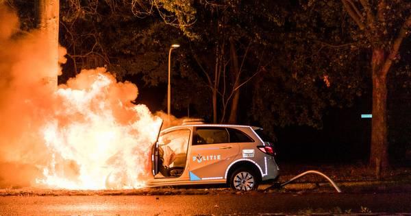Politieauto vliegt in brand na botsing tegen boom in Tilburg, agente gewond.
