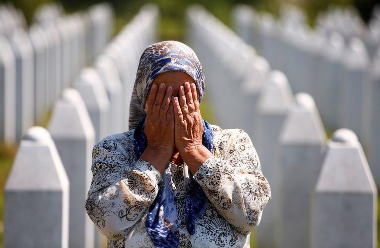 Bij de val van Srebrenica kwamen achtduizend jongens en mannen om het leven. Zaterdag werden zij op het Potocari Memorial Center herdacht. Beeld REUTERS