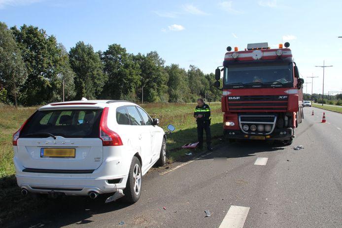 Zowel de auto van de Raaltenaren als de vrachtwagen liep flinke schade op.