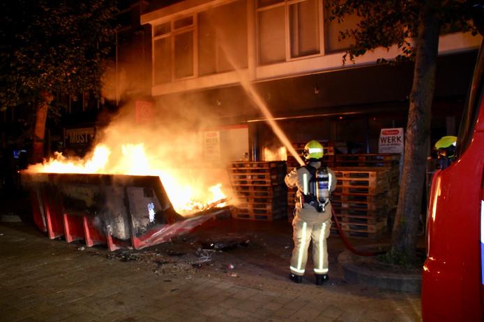 Een container met pallets en ander afval is vannacht in brand gestoken in de Langestraat in 's-Gravenzande.