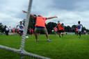 Wandelvoetbal tussen team vluchtelingen en team ambtenaren tijdens Roosendaal Raakt op het DVO terrein. Foto petervan trijen/pix4profs