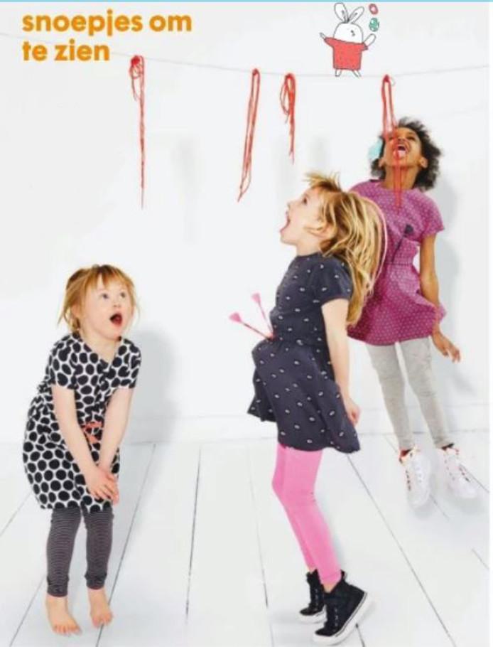 Elise (links) is trots dat ze model mocht staan in de nieuwe HEMA-folder.