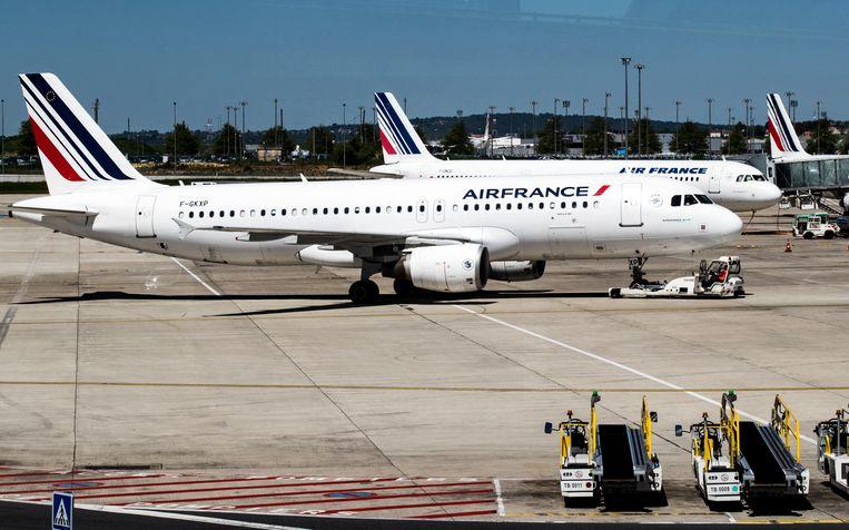 Een deel van het personeel van Air France legt vandaag opnieuw het werk neer, na ook gisteren te hebben gestaakt. Het is de vijftiende stakingsdag onder medewerkers van de KLM-zuster sinds februari.