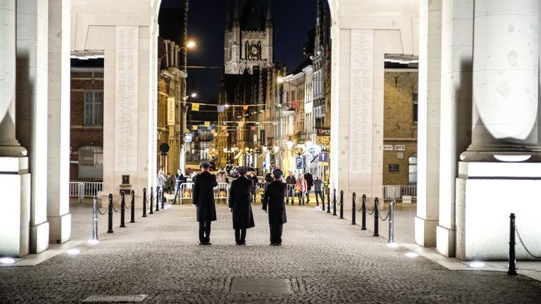 Sinds 11 mei spelen drie klaroeners de Last Post zonder publiek onder de Menenpoort.