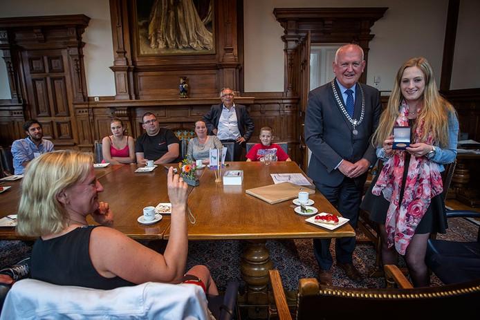 Anouk Spoorenberg ontvangt de heldenpenning van de burgemeester