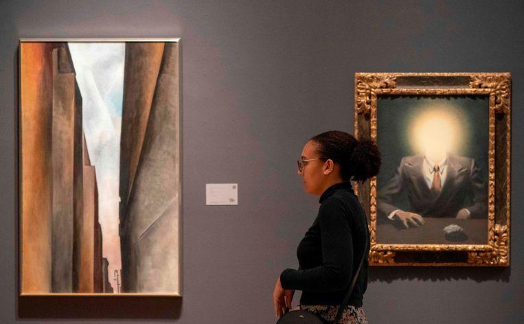 "Het schilderij ""Le principe du plaisir"" van René Magritte, rechts in beeld, hing in veilinghuis Sotheby's naast het werk van Georgia O'Keeffe."
