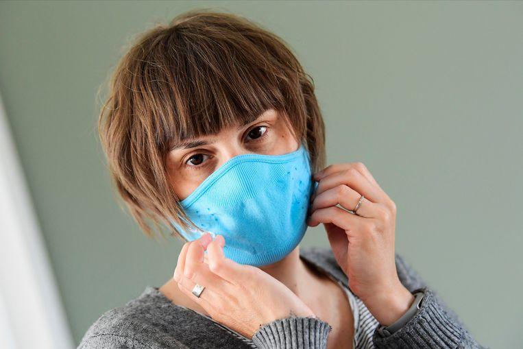 Een vrouw met een mondmasker.