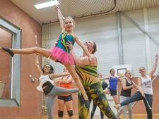Majorettes van De Wiebert in Uden geven 'stokje' nog steeds door