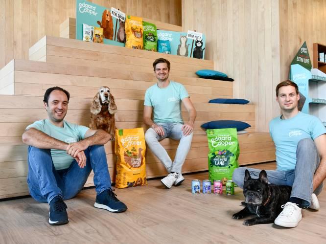 """""""Wij proeven onze hondenbrokken ook zelf"""": West-Vlaams bedrijf haalt 22 miljoen op voor luxedierenvoeding"""