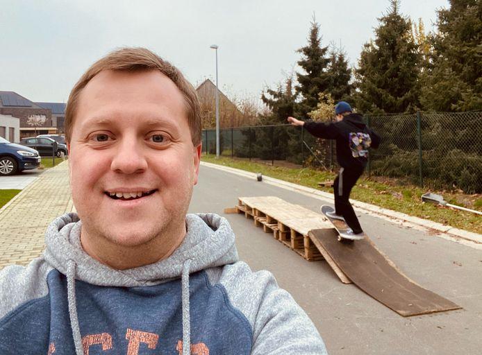 """Karel Noppe in een wijk in Sinaai, waar jongeren creatief moeten zijn om te kunnen skaten: """"In jeugdstad Sint-Niklaas moeten we hen beter kunnen ondersteunen."""""""