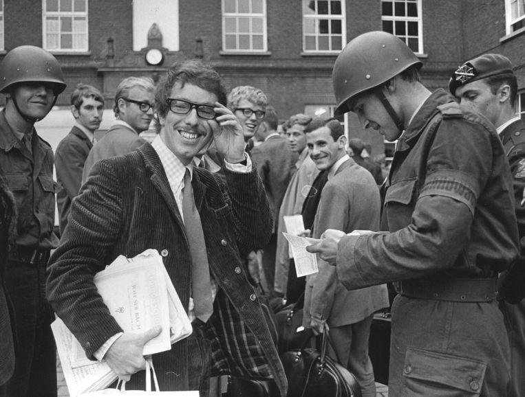 Louis van Dijk meldt zich in 1967 aan de Van Heutsz-Kazerne, voor het vervullen van zijn militaire dienstplicht. Beeld ANP