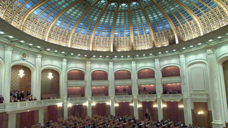 Interieur van de grote vergaderzaal van het Parlement in Boekarest. Beeld anp